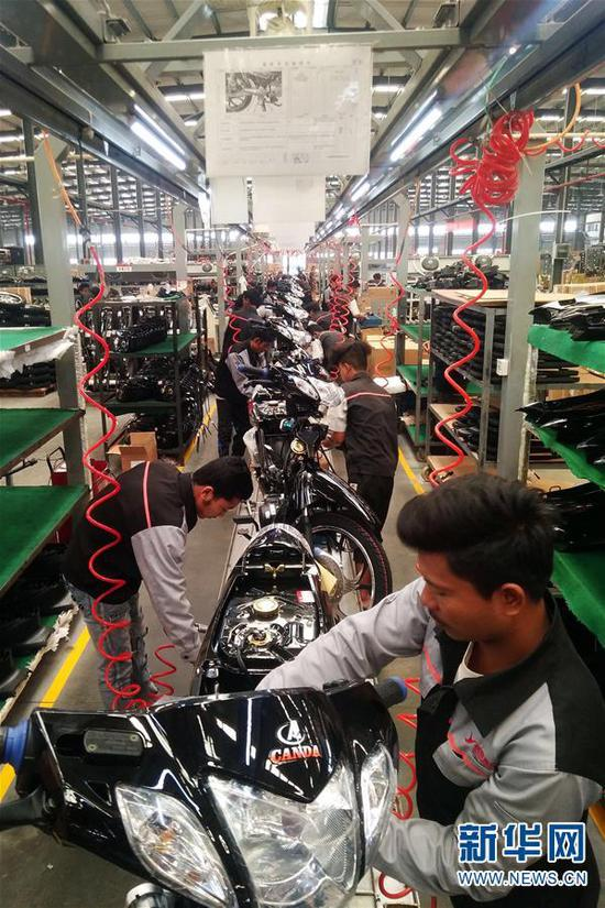 2月21日,在中缅边境瑞丽市的云南银翔机车制造有限公司,工人正抓紧生产组装摩托车。新华社发