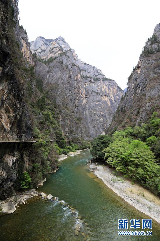 峡谷人工栈道全程约2公里(新华摄影)