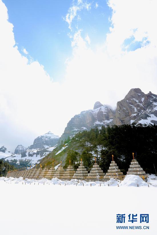 古藏经中有关格宗神山的明确记载,至今还有成批的信徒前来神山朝圣。(新华摄影)