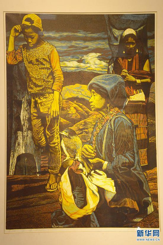 2005年张晓春绝版木刻《蛮谣》获第17届全国版画作品展铜奖(10月13日摄)。新华网 徐华陵 摄