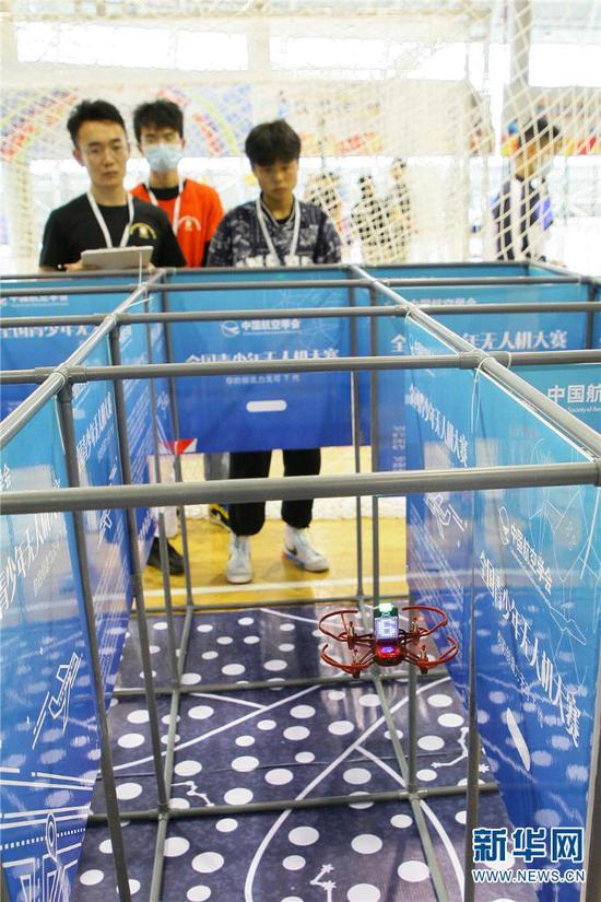 2021年5月29日,参加第35届云南省青少年科技创新大赛的小选手正在迷宫场地调试无人机。