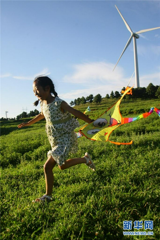 小朋友在云南曲靖朗目山上玩耍。
