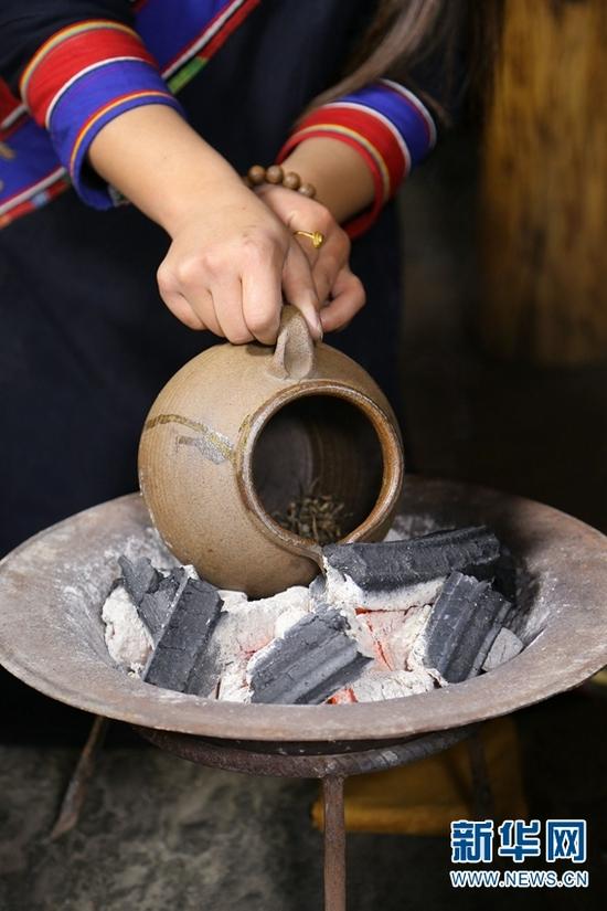 烤茶制作(资料图)。新华网发(云南省博物馆供图)