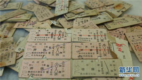 曾经使用过的硬卡纸火车票 新华网 潘越 摄