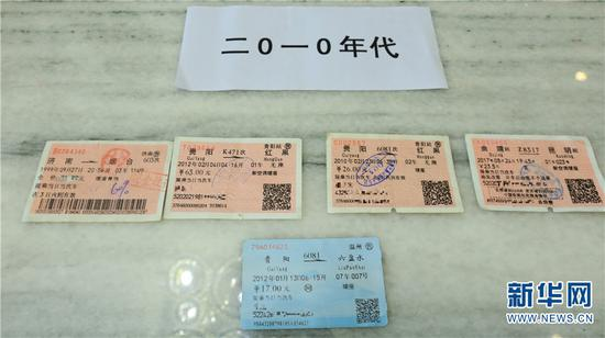 孙昆育把一张1999年的车票与2010年后的火车票放在一起进行对比。 新华网 潘越 摄