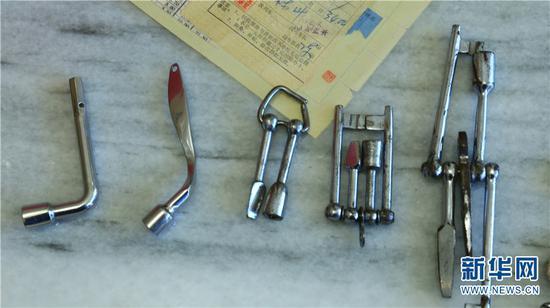 孙昆育收藏的几代列车员使用过的列车钥匙,从最开始需要5把钥匙,到如今只需要一把钥匙,反映了铁路改革开放40年的变迁 新华网 潘越 摄