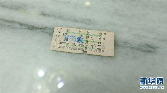画着绿线的火车票代表有空调 新华网 潘越 摄