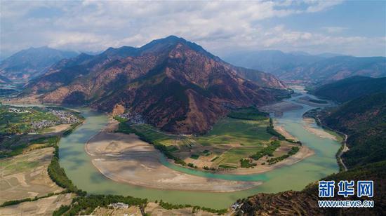"""这是无人机拍摄的""""长江第一湾""""(3月17日摄)。"""