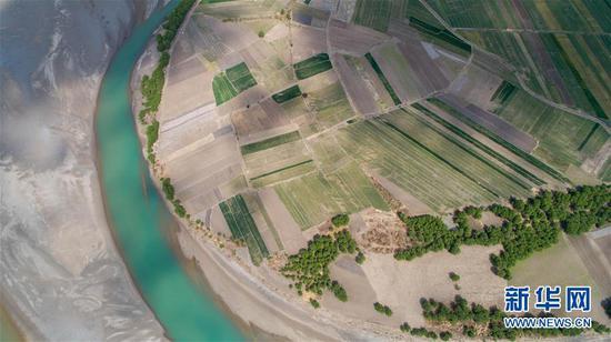 """这是无人机拍摄的""""长江第一湾""""一景(3月17日摄)。"""