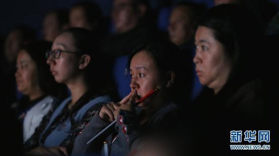 被电影《为国而歌》剧情感动的观众。