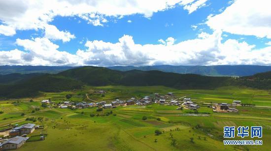 图为迪庆藏族自治州香格里拉市小中甸镇和平村。新华网 赵普凡 摄