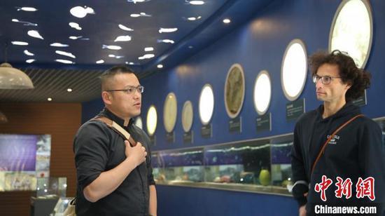 图为中德专家考察澄江化石地自然博物馆。 缪超 摄
