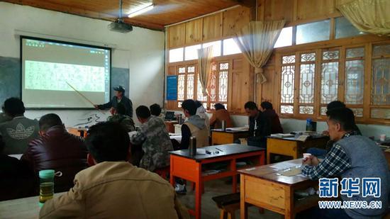 学生在学校里学习东巴文化。