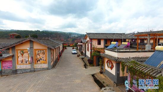 图为紫溪彝村整洁的村道。