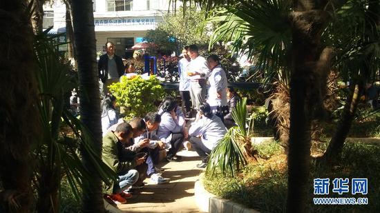 图为护工在花园里休息聊天。(新华网 潘越 摄)