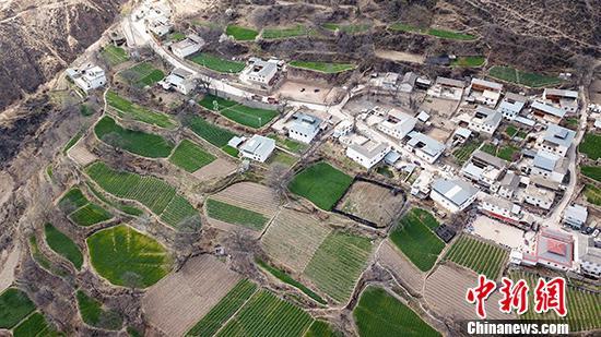图为3月22日,梅里雪山脚下的西当村。 中新社记者 刘冉阳 摄