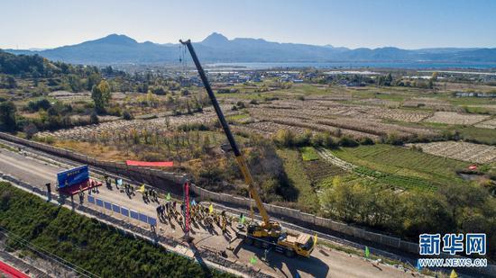 丽香铁路第一根接触网支柱施工现场