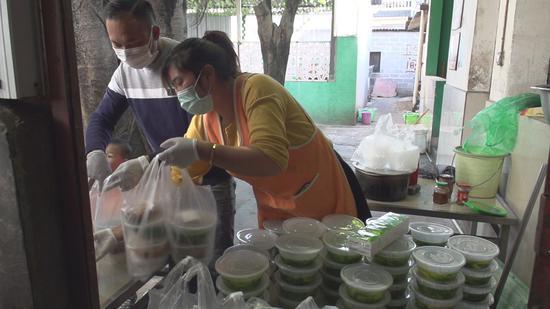 老马回族饭庄餐饮工作人员忙碌的身影