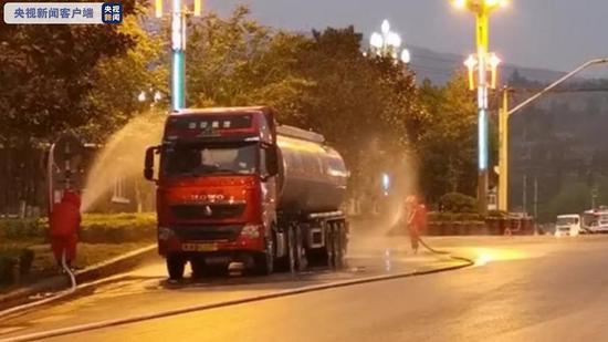 云南昆明一辆载有32吨有毒化学品槽罐车发生泄漏