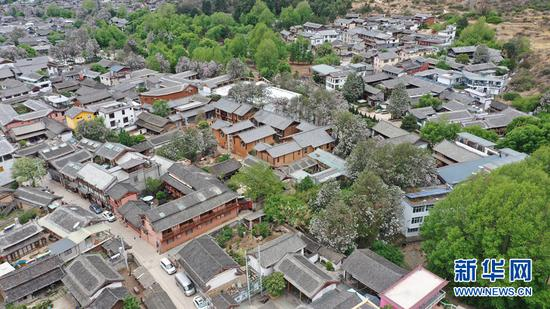 这是4月21日拍摄丽江束河古镇。(无人机照片)