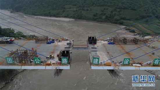这是8月29日拍摄的在建的云南保泸高速勐古怒江特大桥(无人机照片)。