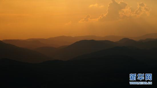 9月3日,夕阳下的群山。(新华网 刘东 摄)