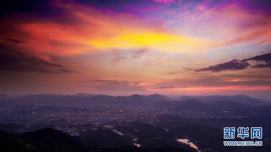 9月3日,太阳已完全落入群山后的晚霞。(新华网 刘东 摄)