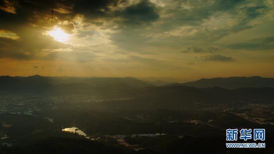 9月3日,长虫山顶观看到的日落。(新华网 刘东 摄)