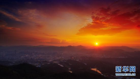 9月3日,即将落入群山的太阳。(新华网 刘东 摄)