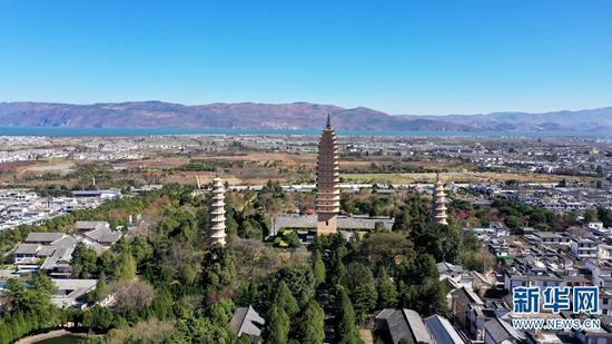 航拍视角下的大理崇圣寺三塔。