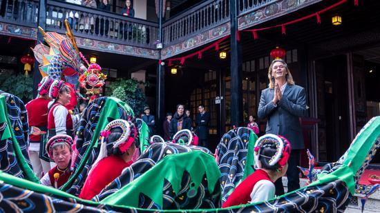 图为喜林苑内举办白族民俗庆典活动,林登现场致辞。(受访者提供)