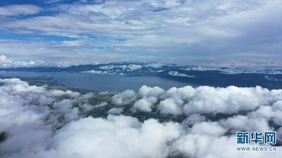 航拍镜头下苍山洱海间云雾缭绕(9月29日摄)。新华网 李浩 摄