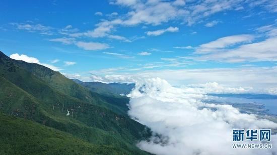 航拍镜头下苍山半山腰的云海(9月29日摄)。新华网 李浩 摄