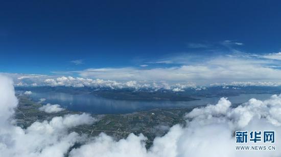 在苍山上俯瞰洱海(无人机全景照片,9月29日摄)。新华网 赵普凡 摄