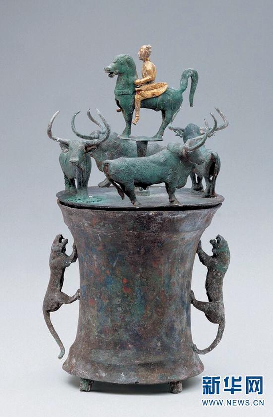 四牛鎏金骑士铜贮贝器。(云南省博物馆供图)