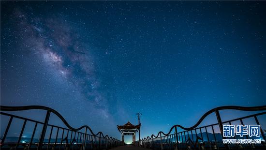 星空下的抚仙湖栈道(9月13日摄)。新华网发