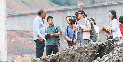 记者在金沙江畔皎平渡口采访。记者 李茂颖摄