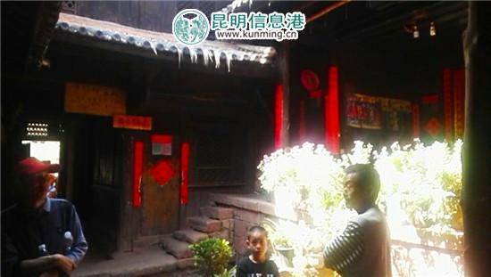 五滴水客栈内景,右侧站立男子为李文飞。记者宋建波/摄