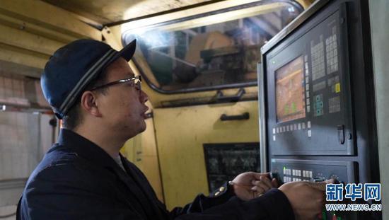 桂伟雄将印证后的手测数据与机测数据输入电脑(摄于2月1日)。新华网发(供图)