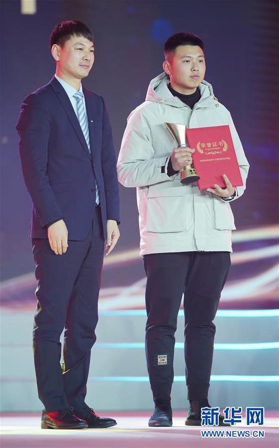 """1月16日,""""吊车侠""""兰郡泽(右)在颁奖典礼上。新华社记者 才扬 摄"""