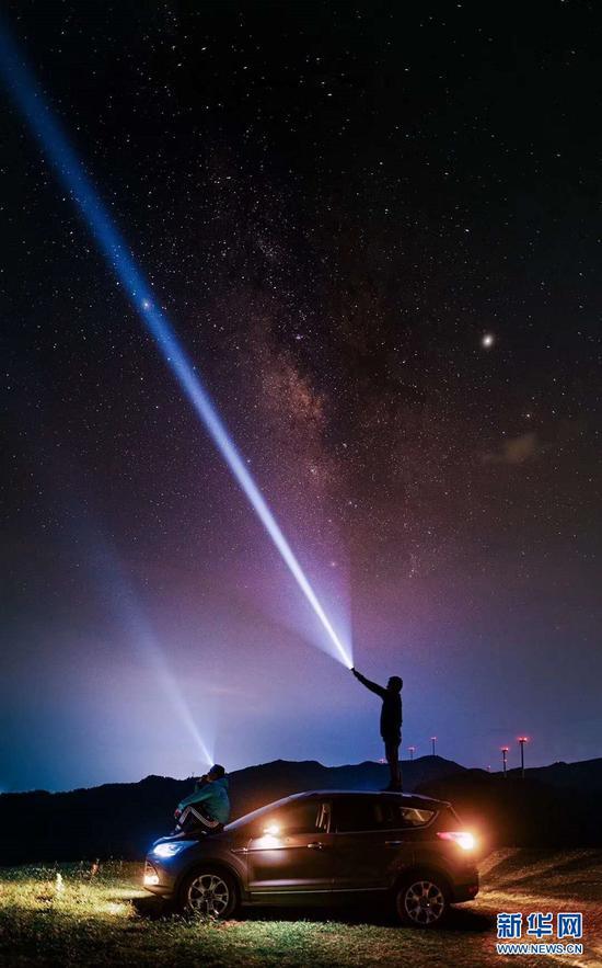 抚仙湖星空小镇上空星光璀璨(摄于4月1日)。新华网发(供图)