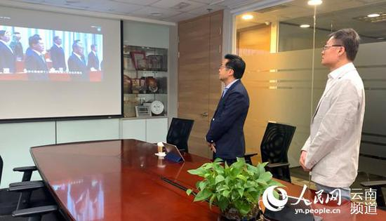 港澳委员网上观看会议直播。(供图)