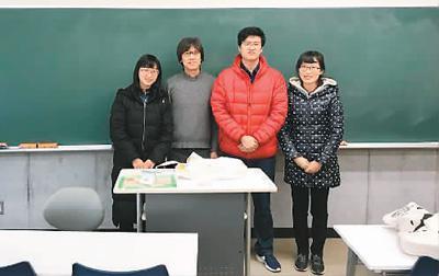 吕家乐原以为留学生活会比较寂寞,但是他结识到的各国朋友都很友善。图为吕家乐(右二)和老师、同学在写作课上的合影。