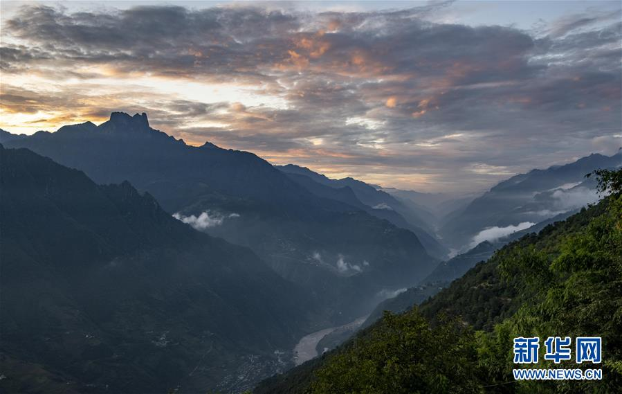 夕阳下的怒江大峡谷(9月2日摄) 。新华社记者 江文耀 摄