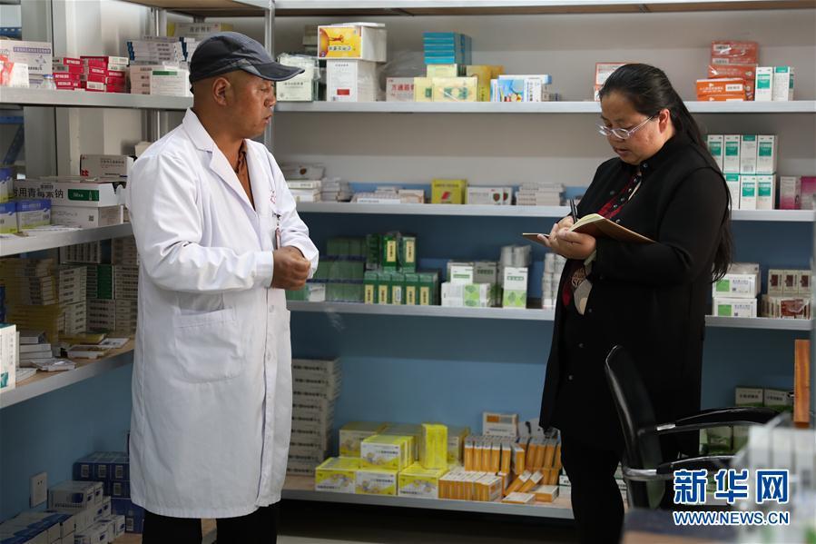 5月3日,在云南省丽江市宁蒗彝族自治县宁利乡,全国人大代表胡阿罗(右)在乡卫生院了解基层医疗卫生机构服务能力建设相关情况。新华社记者 庞峰伟 摄