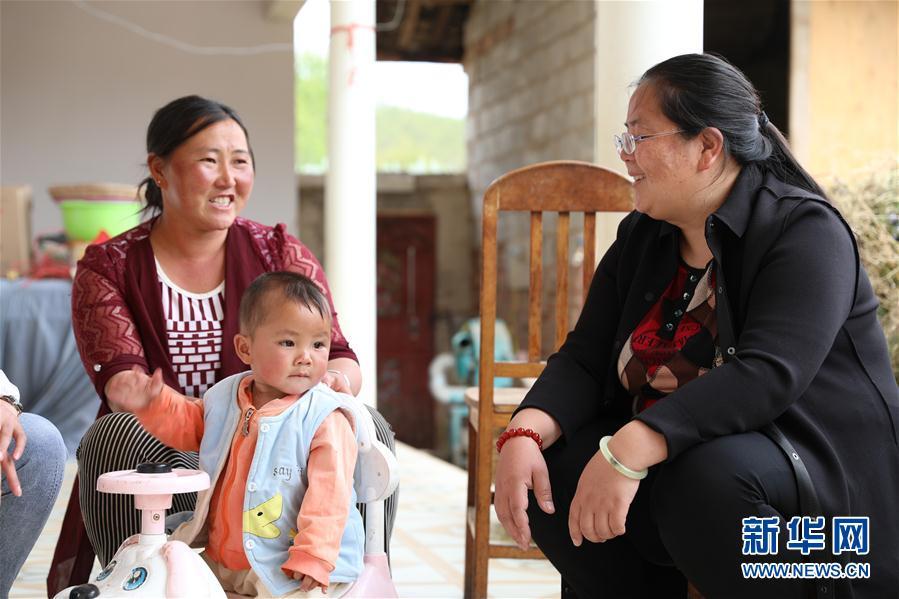 5月3日,在云南省丽江市宁蒗彝族自治县宁利乡,全国人大代表胡阿罗(右)在村民家中了解妇女儿童健康等相关情况。新华社记者 庞峰伟 摄