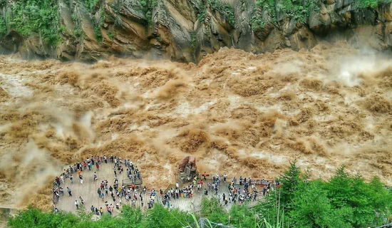 虎跳峡水势凶猛。摄影:诗泽