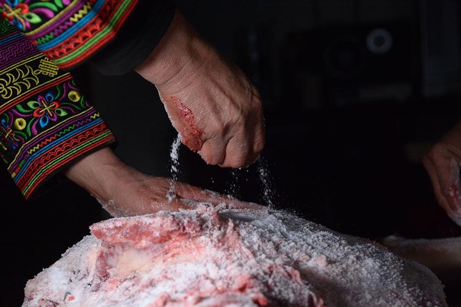 鲜腿撒盐腌制(2019年12月26日摄)