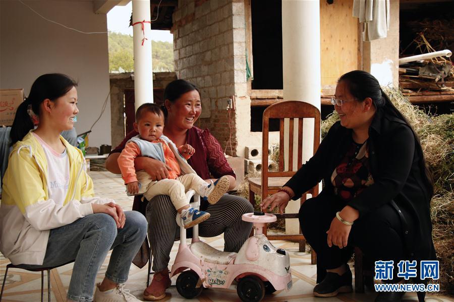 5月3日,在云南省丽江市宁蒗彝族自治县宁利乡,全国人大代表胡阿罗(右)在村民家中了解妇女儿童健康等相关情况。新华社记者 吴寒 摄