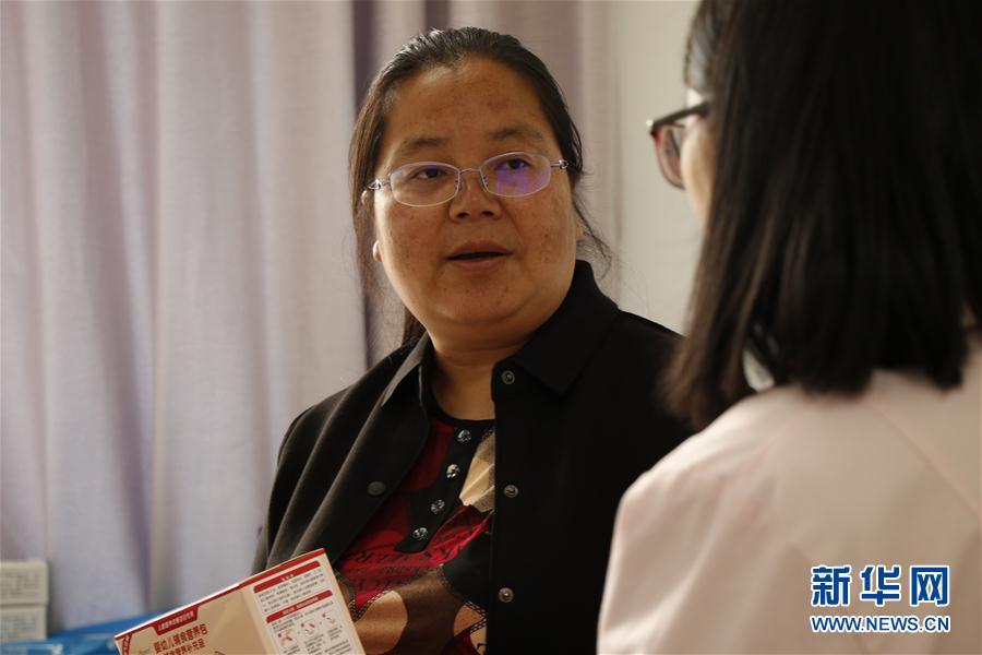 5月3日,在云南省丽江市宁蒗彝族自治县宁利乡,全国人大代表胡阿罗在乡卫生院了解基层医疗卫生机构服务能力建设相关情况。新华社记者 吴寒 摄